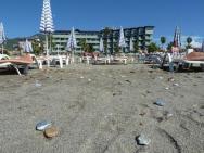 Pohled na hotel Elyseé z pláže