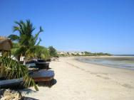 Hotel De La Plage - pláž před chatičkami