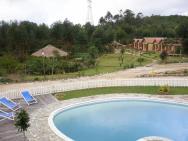 Grace Lodge Andasibe - bazén a bungalovy v zahradě