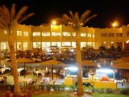 Noční pohled na hotel při večeři