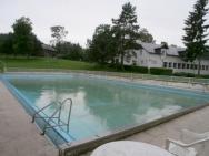 Bazén pro plavce a v pozadí je hala s bowlingem