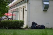 hotel - všude neodklizené pytle s odpadem (v lepším případě odpadky v pytlích)