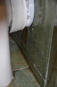 vytékající fekálie z wc