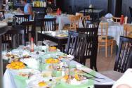 jídelna 4*hotelu s neodklizenými zbytky jídel