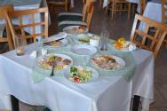jídelna-stůl, kam nás chtěli posadit, měli jsme si sami odklidit