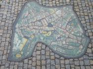 Plánek města zasazený v chodníku