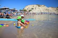 Pláž v zálivu u přístavu byla klidná, písčitá a pro maličké děti ideální. Též na plavání. Asi 4 - 5 min. od hotelu. Kočárkem jde zajet až do moře (je tam cesta přes písek z roštů).
