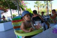 Obědy venku, židličky pro malé děti.