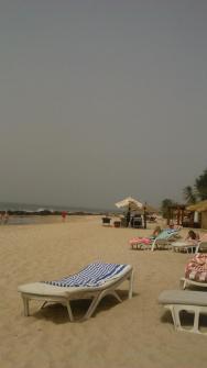 pláž u zadního bazénu, opodál příprava grilovaného masa a ryb na oběd