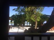 pohled z terasy klasického plážového bungalovu.