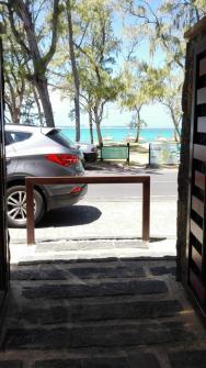Pláž přes cestu hotelu