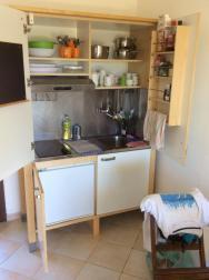 kuchyně s lednicí vlevo dole