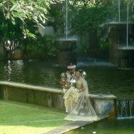 Svatebčané a jezírka uprostřed budovy hotelu.