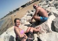 Kameny z prava i leva, pěkný, udržovaná písčitá pláž.