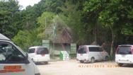 Parkoviště před opičím pralesem.
