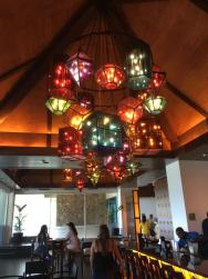 Nádherný lustr v baru
