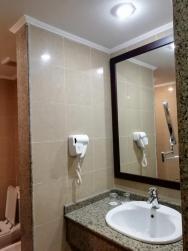 koupelna s vysoušečem vlasů