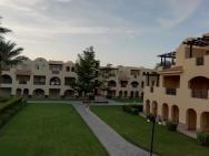 výhled z balkonu. Hotel tvoří dvoupatrové budovy.