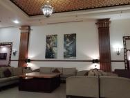 pohovky v lobby a na recepci hotelu