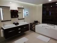 velká koupelna s výřivkou v junior suitě