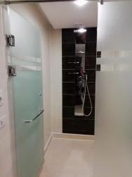prostorná sprcha v junior suitě