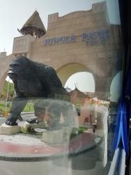 už u hlavní brány Vás vítá gorila