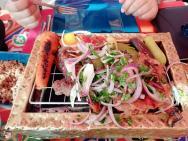 hlavní chod - maso a zelenina na grilu - v restauraci Fattoosh (libanonská)