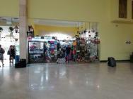 obchod se suvenýry v hale