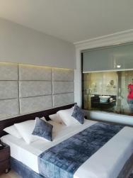 Dvoulůžkový pokoj Deluxe s prosklenou stěnou do koupelny