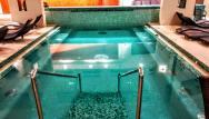 Relaxačný bazén s množstvom vodných a vzduchových trysiek zboku a zozadu,takto v pokoji ho vidíte len po záverečnej. Voda je teplá.