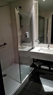 Veľký sprchovaci kút a hotelová kozmetika.