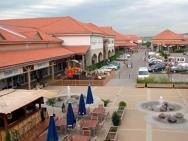 PREMIER Outlet najväčšie nákupné centrum maďarska blízko hotela na diaľnici M1 smerom z Budapešti na Viedeň-Bratislavu a Brno. Veľmi výhodné nákupy spojene s poznávaním mesta.