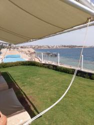 Výhled z posezení nad pláží.
