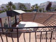 Amfiteátr kde se konají různá představení.