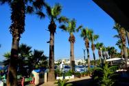 Promenáda mezi hotelem a hotelovou pláží.