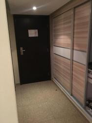 Vestavěná skříň kde je umístěna i lednice.